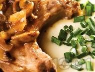 Свинска пържола от котлет с винено-гъбен сос